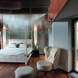 Пример оригинального дизайна: огромная спальня в современном стиле с серыми стенами, темным паркетным полом, коричневым полом и деревянными стенами
