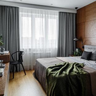 Стильный дизайн: хозяйская спальня среднего размера в современном стиле с паркетным полом среднего тона, белыми стенами и коричневым полом - последний тренд