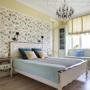Imagen de dormitorio principal, clásico, con paredes amarillas y suelo de madera en tonos medios