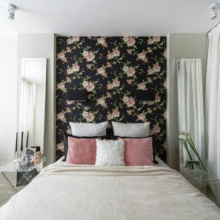 他の地域の中サイズのトランジショナルスタイルのおしゃれな主寝室 (マルチカラーの壁、カーペット敷き、暖炉なし、白い床)