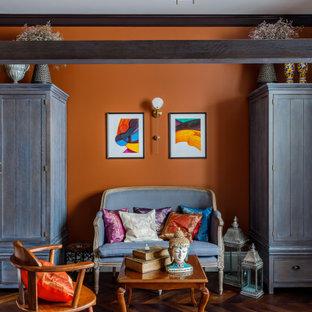 На фото: большая хозяйская спальня в средиземноморском стиле с оранжевыми стенами, паркетным полом среднего тона и коричневым полом