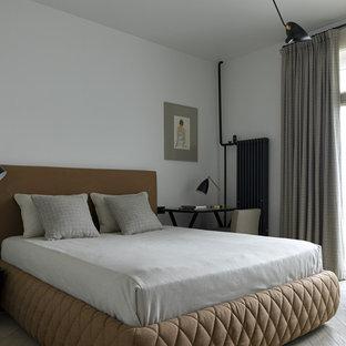 На фото: хозяйская спальня среднего размера в современном стиле с белыми стенами, светлым паркетным полом и бежевым полом с