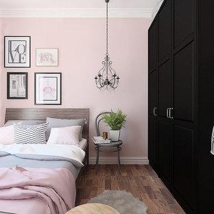 Modelo de dormitorio principal, nórdico, pequeño, con paredes rosas, suelo de madera oscura y suelo marrón