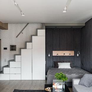 Foto di una piccola camera matrimoniale scandinava con pareti nere, parquet chiaro e pavimento beige