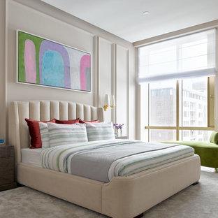 Новые идеи обустройства дома: спальня в стиле современная классика с ковровым покрытием, бежевым полом и розовыми стенами для хозяев