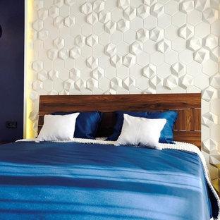 На фото: хозяйская спальня среднего размера в современном стиле с синими стенами с