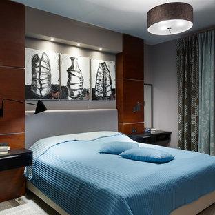 На фото: хозяйская спальня в современном стиле с серыми стенами и ковровым покрытием с