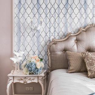 На фото: хозяйские спальни в стиле современная классика с паркетным полом среднего тона и коричневым полом