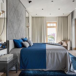 На фото: хозяйская спальня в стиле современная классика с белыми стенами, светлым паркетным полом и бежевым полом с