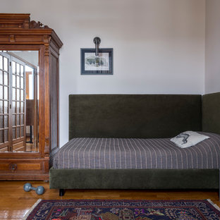 Создайте стильный интерьер: спальня в стиле ретро с белыми стенами, паркетным полом среднего тона и коричневым полом - последний тренд