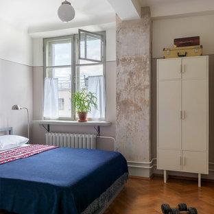 Выдающиеся фото от архитекторов и дизайнеров интерьера: хозяйская спальня в стиле ретро с бежевыми стенами, паркетным полом среднего тона и коричневым полом