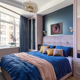 モスクワの小さいトランジショナルスタイルのおしゃれな主寝室 (青い壁、無垢フローリング、茶色い床) のレイアウト