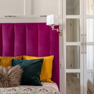 Diseño de dormitorio principal, tradicional renovado, de tamaño medio, con paredes blancas, suelo laminado y suelo beige