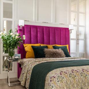 На фото: хозяйская спальня среднего размера в стиле современная классика с белыми стенами, полом из ламината и бежевым полом с