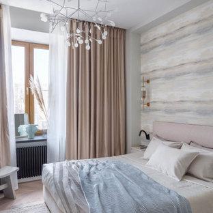 Источник вдохновения для домашнего уюта: хозяйская спальня в современном стиле с бежевыми стенами, светлым паркетным полом и бежевым полом
