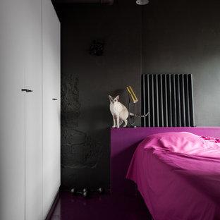 Modelo de dormitorio principal, contemporáneo, con paredes negras y suelo violeta