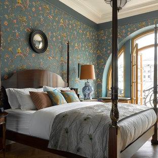 Идея дизайна: хозяйская спальня в классическом стиле с разноцветными стенами