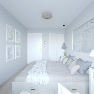 Foto på ett litet minimalistiskt huvudsovrum, med grå väggar, laminatgolv och rosa golv