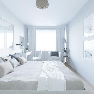 Réalisation d'une petite chambre parentale nordique avec un mur gris, sol en stratifié et un sol rose.