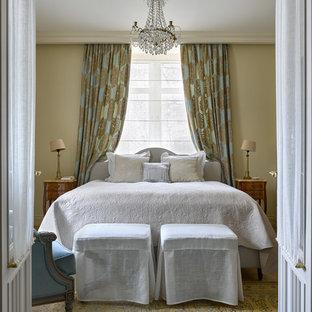 На фото: спальня в классическом стиле с