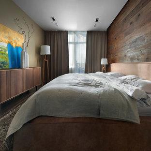 Неиссякаемый источник вдохновения для домашнего уюта: хозяйская спальня в современном стиле с коричневыми стенами, темным паркетным полом и коричневым полом