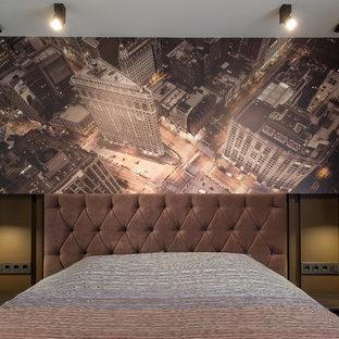 Свежая идея для дизайна: хозяйская спальня в современном стиле с коричневыми стенами - отличное фото интерьера