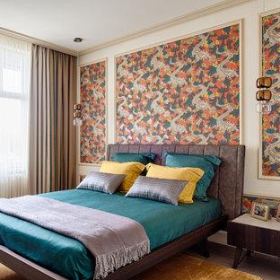 Свежая идея для дизайна: хозяйская спальня среднего размера в современном стиле с разноцветными стенами, темным паркетным полом, коричневым полом и обоями на стенах - отличное фото интерьера