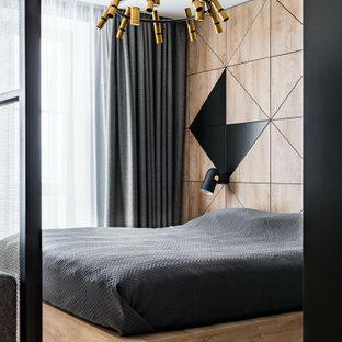 На фото: маленькая хозяйская спальня в современном стиле с коричневыми стенами, паркетным полом среднего тона и бежевым полом с
