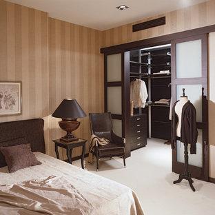 Идея дизайна: большая хозяйская спальня в стиле современная классика с бежевыми стенами, белым полом и ковровым покрытием