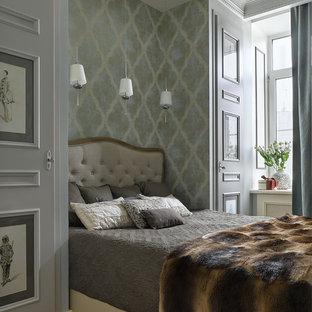 Неиссякаемый источник вдохновения для домашнего уюта: гостевая спальня в классическом стиле с разноцветными стенами, паркетным полом среднего тона и коричневым полом