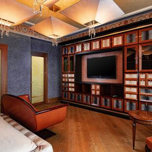 Modelo de habitación de invitados tradicional, grande, sin chimenea, con paredes púrpuras y suelo naranja