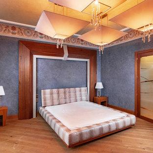 Foto di una grande camera degli ospiti vittoriana con pareti viola, nessun camino e pavimento arancione