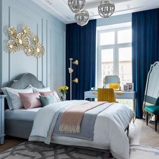 Стильный дизайн: хозяйская спальня среднего размера в стиле неоклассика (современная классика) с синими стенами, паркетным полом среднего тона, коричневым полом и многоуровневым потолком - последний тренд