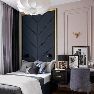 Стильный дизайн: хозяйская спальня среднего размера в стиле современная классика с светлым паркетным полом, розовыми стенами, коричневым полом и панелями на части стены - последний тренд