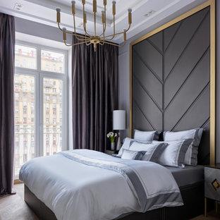 Immagine di una camera matrimoniale chic di medie dimensioni con parquet chiaro, pareti grigie, pavimento marrone, soffitto ribassato e pannellatura