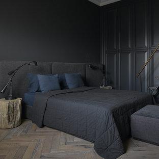 Aménagement d'une chambre parentale classique avec un mur noir et un sol en bois foncé.