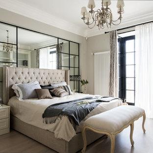 Выдающиеся фото от архитекторов и дизайнеров интерьера: хозяйская спальня в стиле современная классика с бежевыми стенами и светлым паркетным полом