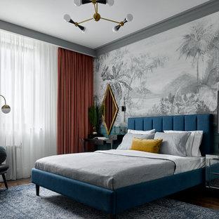 Свежая идея для дизайна: спальня в современном стиле с серыми стенами, темным паркетным полом, коричневым полом и обоями на стенах - отличное фото интерьера
