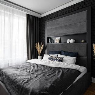 Idee per una camera matrimoniale design di medie dimensioni con pareti nere, pavimento in legno massello medio, soffitto ribassato e pareti in mattoni