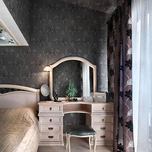 Неиссякаемый источник вдохновения для домашнего уюта: хозяйская спальня в классическом стиле с черными стенами и светлым паркетным полом