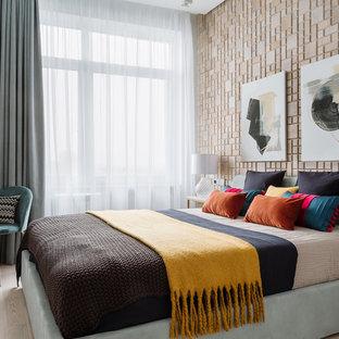 Идея дизайна: хозяйская спальня в современном стиле с бежевыми стенами и светлым паркетным полом без камина