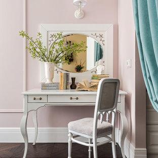 Свежая идея для дизайна: спальня в современном стиле с розовыми стенами, темным паркетным полом и коричневым полом - отличное фото интерьера