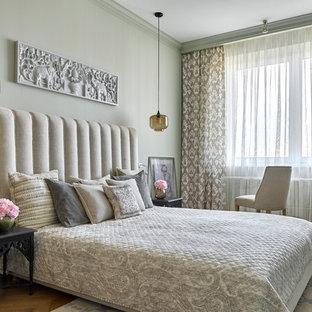 Пример оригинального дизайна: хозяйская спальня в стиле фьюжн с серыми стенами, паркетным полом среднего тона и коричневым полом