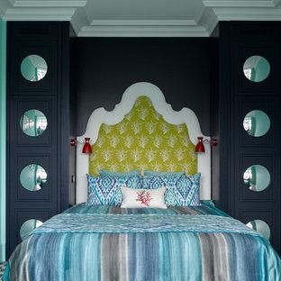 Свежая идея для дизайна: хозяйская спальня в стиле фьюжн с синими стенами и разноцветным полом без камина - отличное фото интерьера