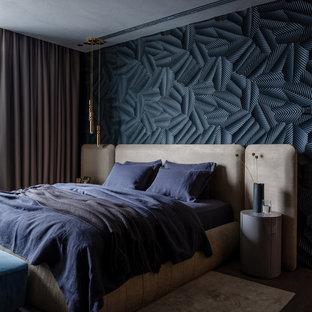 Пример оригинального дизайна: хозяйская спальня в современном стиле с темным паркетным полом без камина