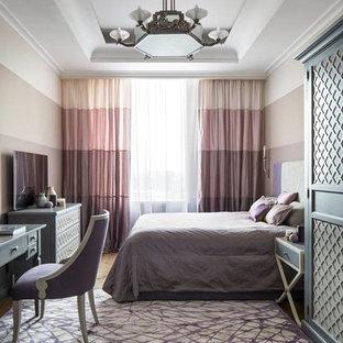 Ejemplo de dormitorio clásico renovado con moqueta y suelo violeta