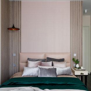Идея дизайна: хозяйская спальня среднего размера в современном стиле с разноцветными стенами, паркетным полом среднего тона, коричневым полом, многоуровневым потолком и панелями на части стены