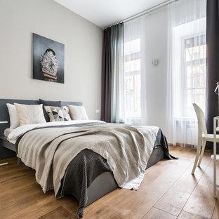 Пример оригинального дизайна: спальня в современном стиле с бежевыми стенами, паркетным полом среднего тона и коричневым полом