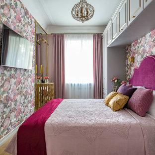 Неиссякаемый источник вдохновения для домашнего уюта: спальня в стиле современная классика с разноцветными стенами, светлым паркетным полом и бежевым полом