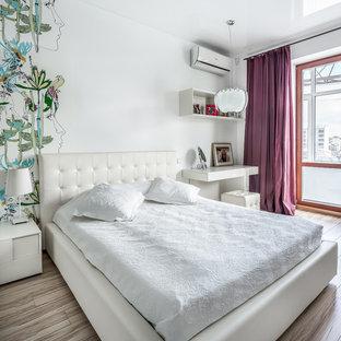 Идея дизайна: спальня в современном стиле с белыми стенами, паркетным полом среднего тона и бежевым полом